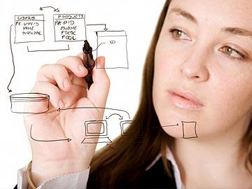 Una chica diseñando una web
