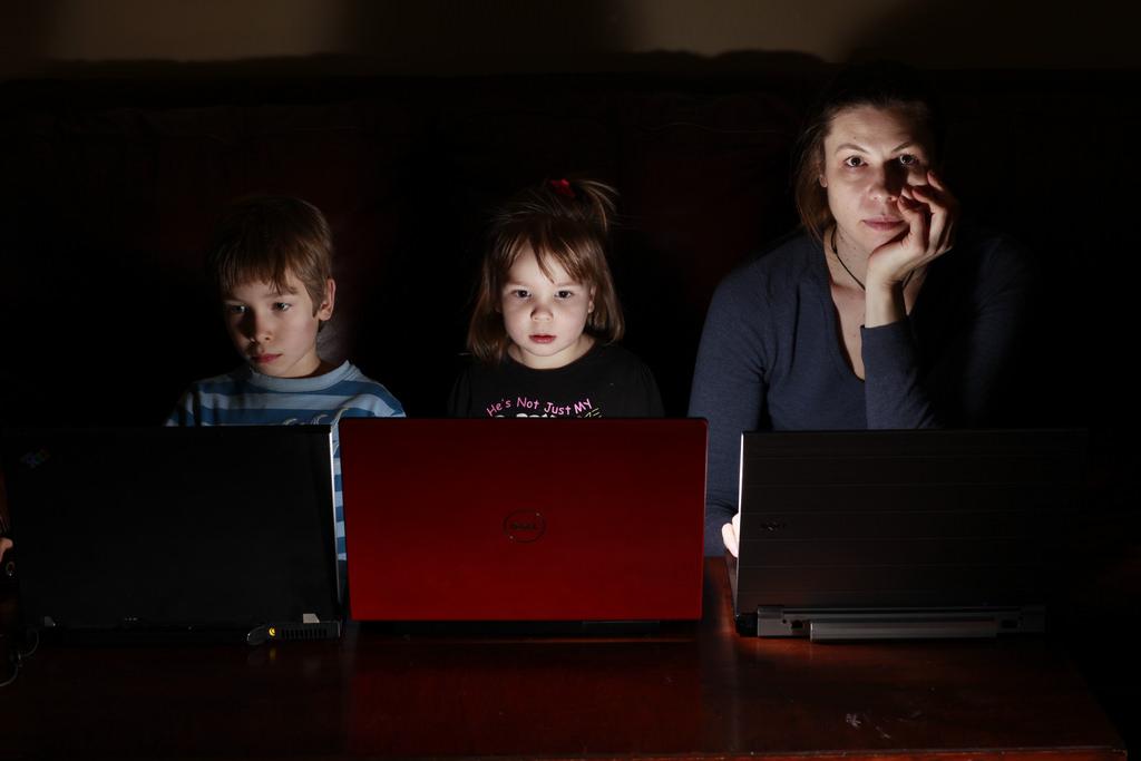Niños y madre en el ordenador