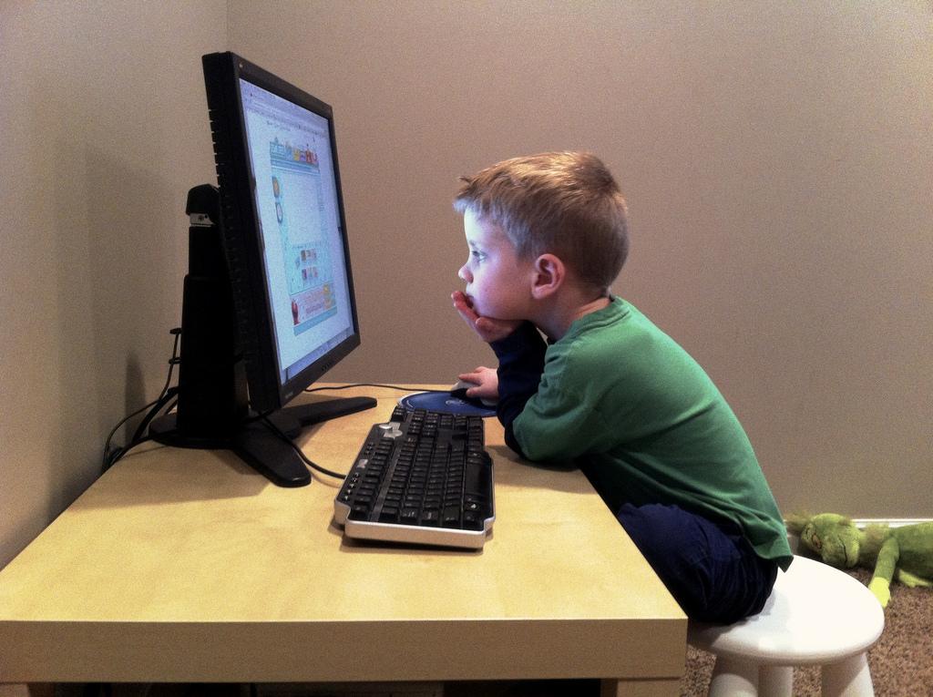 Niño en el ordenador