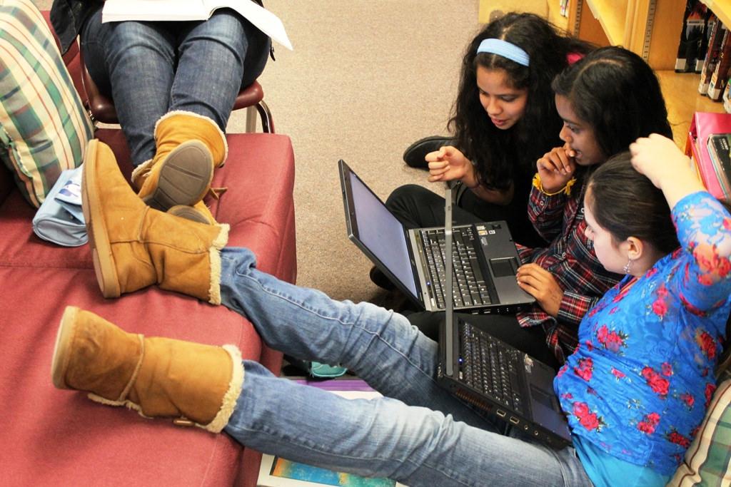 Grupo de chicas al ordenador